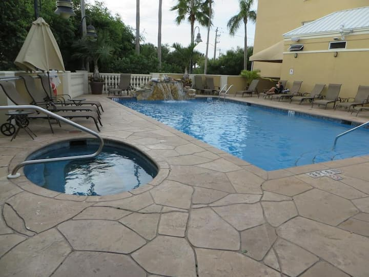 COOL BAY VIEW KING UNIT! POOL, HOT TUB, FITNESS!