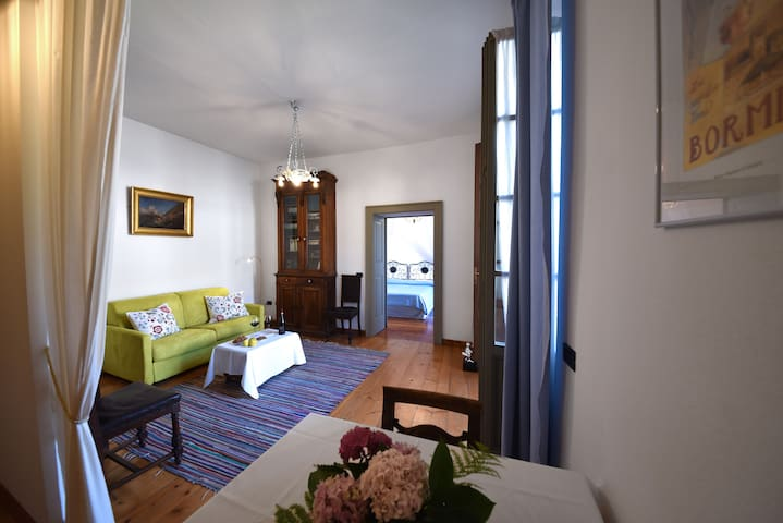 Zona giorno e pranzo con accesso alla camera da letto e al terrazzo