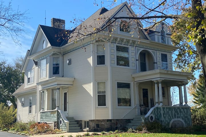 Historic, Vintage, Classy and Large 6 bath!