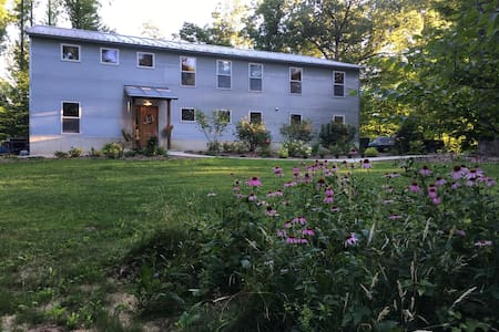 Steelcroft: A modern farmhouse in the woods - Bloomington - Casa
