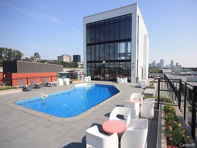 STUNNING URBAN LOFT-GREAT AMENITIES & ROOFTOP POOL