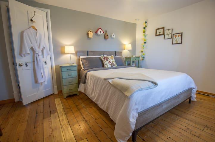 Gîte - Chambre lit queen et salle de bain partagée