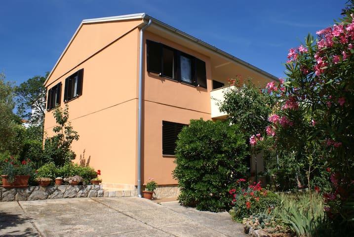 Three bedroom apt with spacious terrace A6 Ana M - Krk - Apartamento