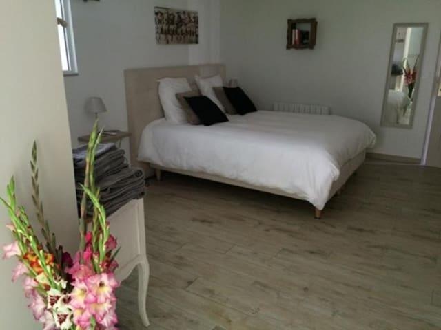 Chambre Romance et espace commun piscine - Luceau - บ้าน