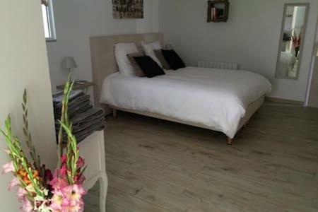 Chambre Romance et espace commun piscine - Luceau