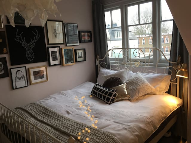 Gorgeous double room close to Barons Court tube.