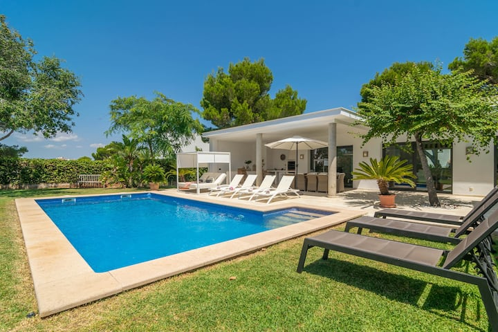 MON OBERT - Wonderful villa with private pool and garden just 260 meters from the Cala Serena beach. Free WiFi