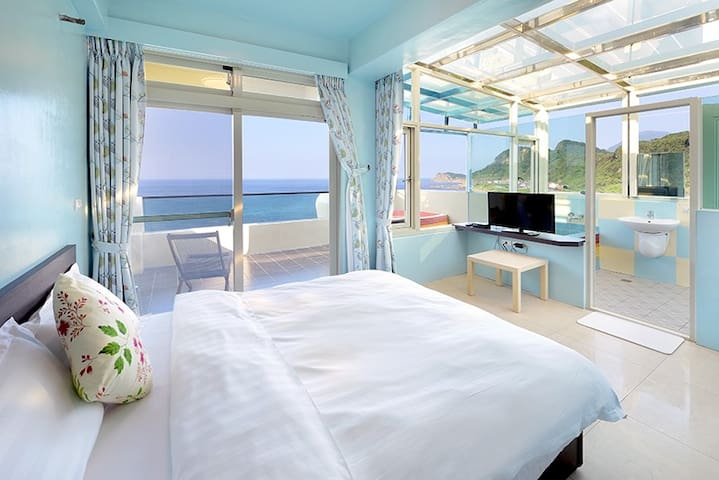 601 Double room. Ocean view,stone bathtub, balcony