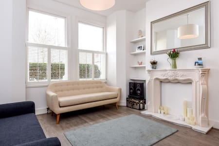 Beautiful room in Victorian house - London