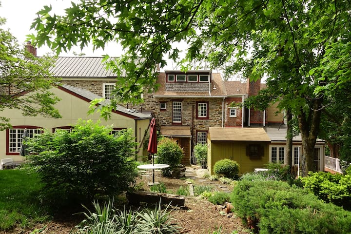 1811 Historic Stone Hill House: Private & Clean