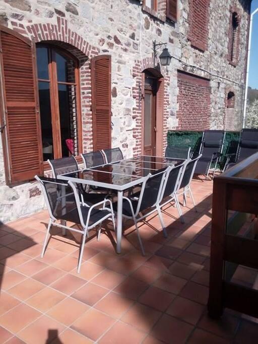 Terrasse avec accès libre au Jardin. Accès direct à la pièce de vie