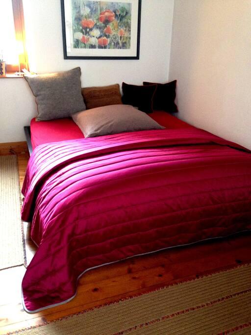 Schlafzimmer mit Queensize-Bett (1,60x2,00m)