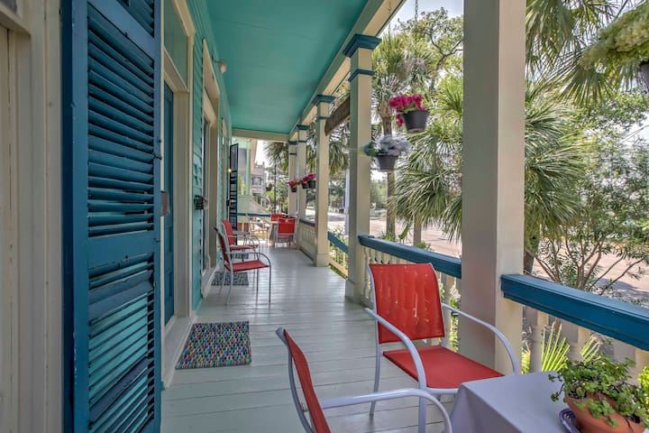 Lavish Galveston Apartment - 6 Blocks to Beach!