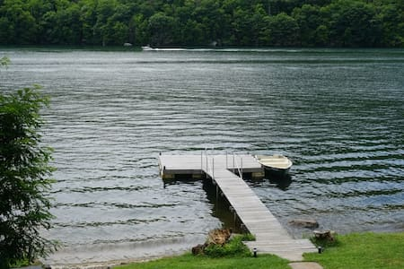 Serene lakefront cottage with a boat - New Fairfield