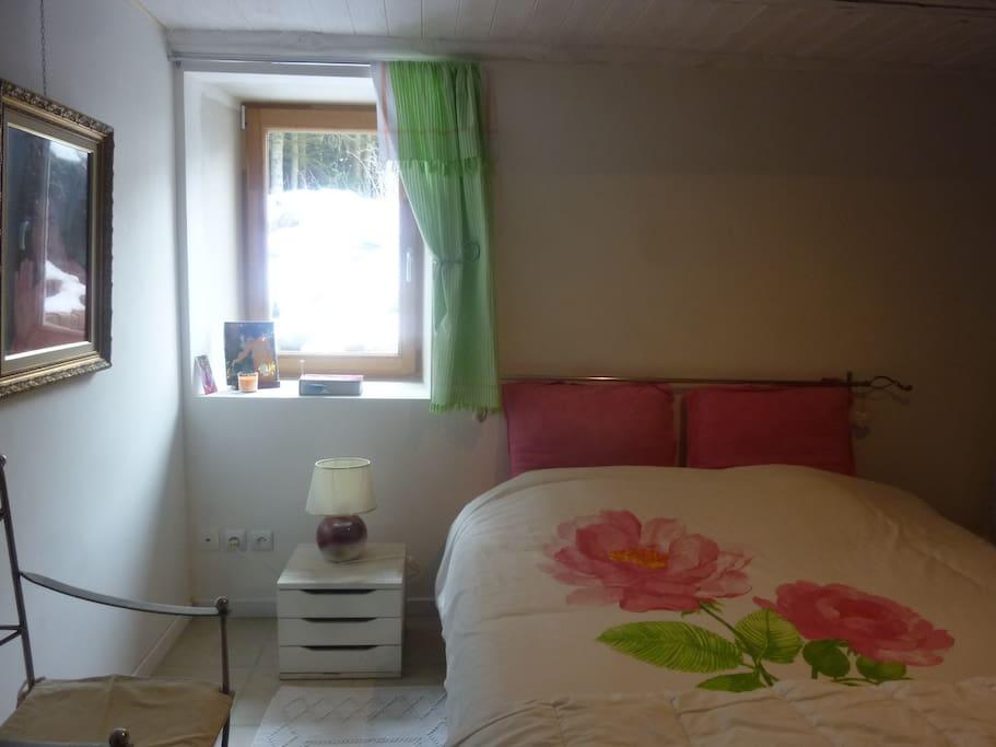 Chambre 1 - lit en 1m60 ouverture sur terrasse sud ouest