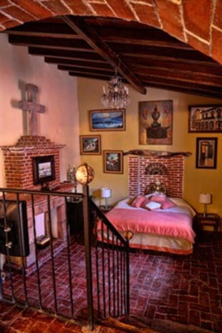 Habitación 1 con una cama King y dos individuales