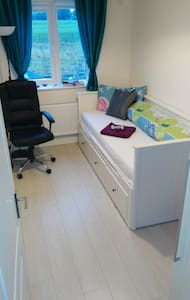 Nice single room for 1+ guest / 5 mins to airport - Dům