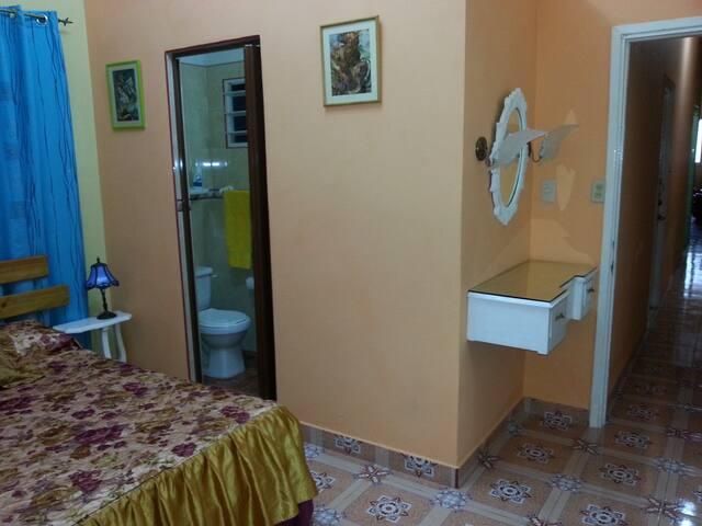 Habitación matrimonial con baño privado - Centro Habana - Apartamento