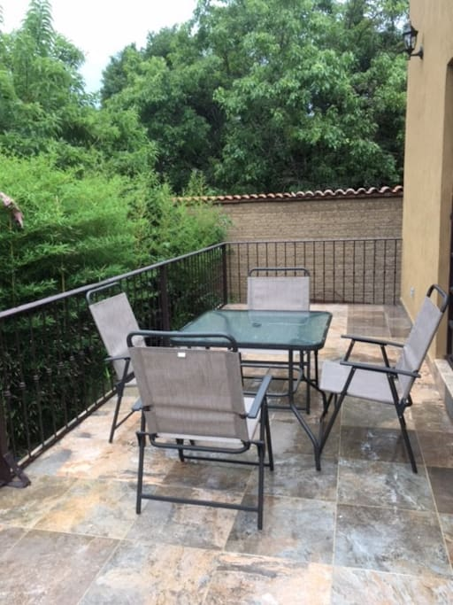 Esta terraza es ampli y muy independiente, mantiene un espacio cálido e íntimo