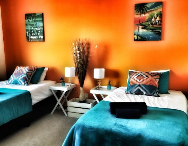 Saddle'n Surf - Orange Room with side sea view - Jeffreys Bay - Rumah