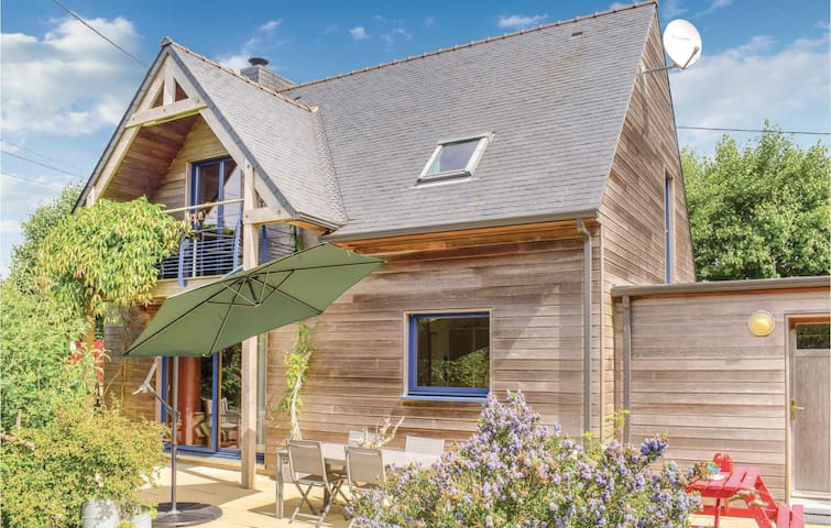Holiday cottage with 3 bedrooms on 100m² in Plounéour-Trez