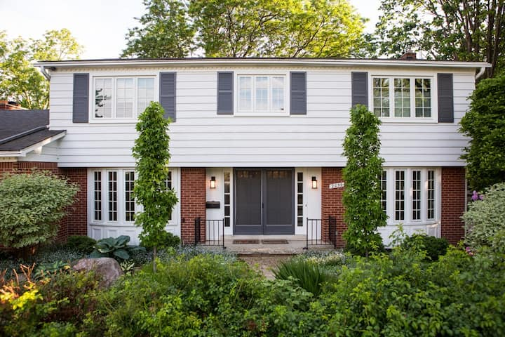 Spacious 4BD Colonial close to The Big House!