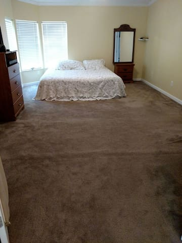 Very large Master bedroom suite with King Bed - Havana