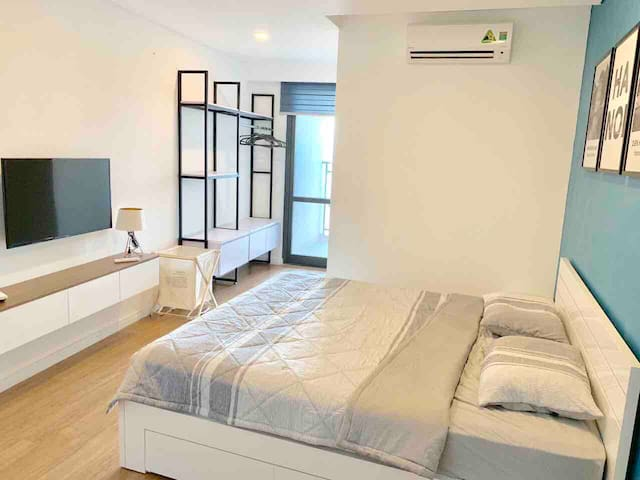 Bright master bedroom (20m2) with access to balcony