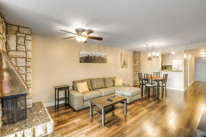 Amazing Downtown Larimer Condo - Hot Tub! - Денвер - Квартира