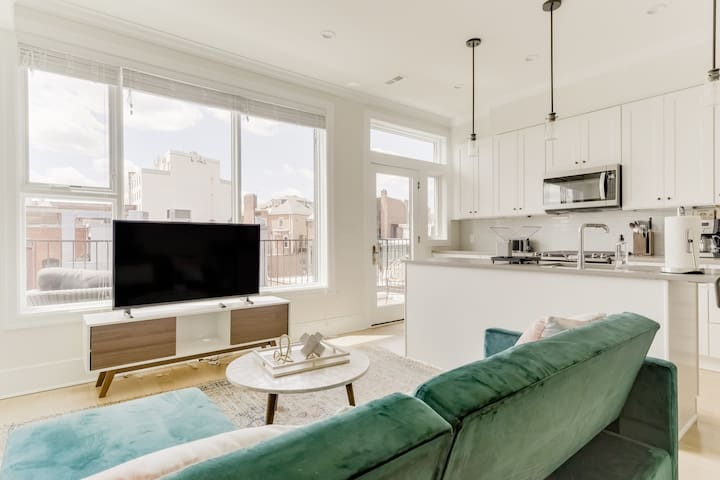 Beautiful 2BR Penthouse w/ Parking + Balcony