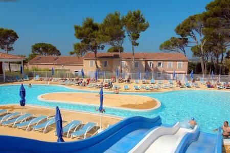 Maisonnette climatisée au calme + piscines