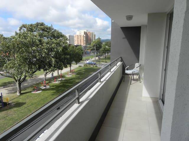 Moderno departamento cerca del centro, luminoso.