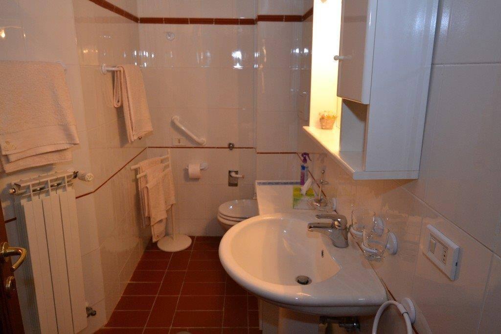 Salle de bain privée avec douche ----Private bathroom with standing shower