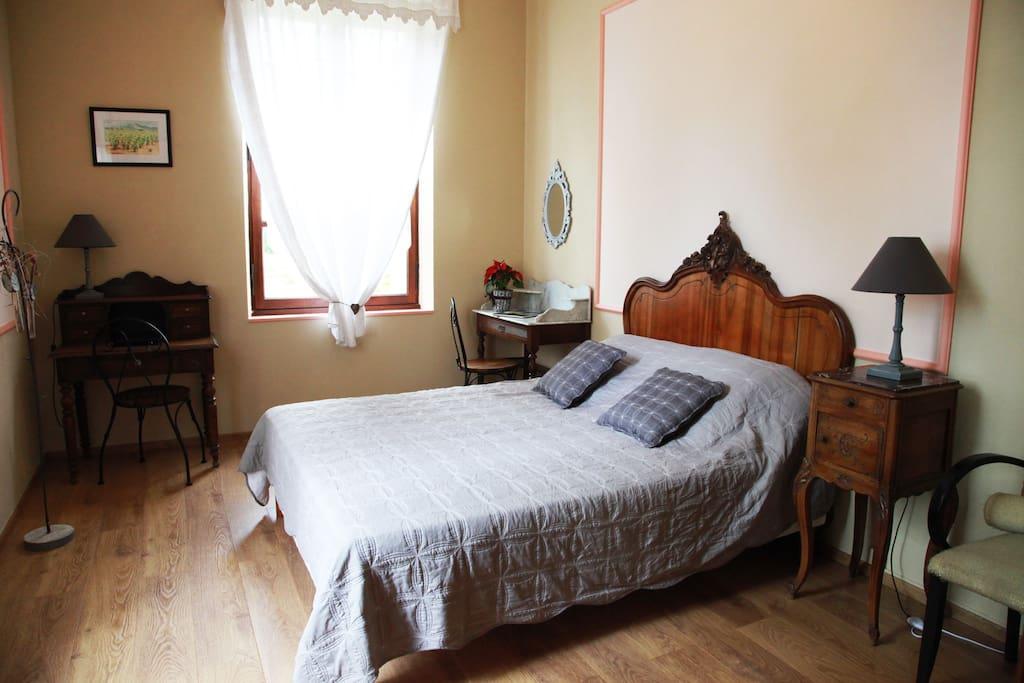 La grande chambre avec son lit en 160