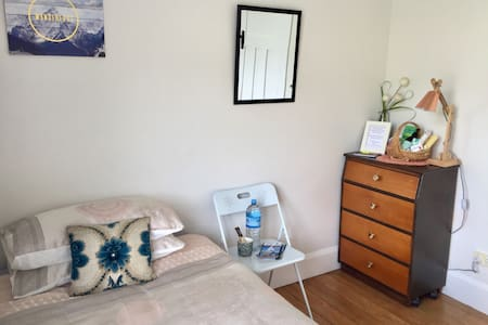 Solo Traveler's Haven on City Bus Route - Nelson - Bed & Breakfast