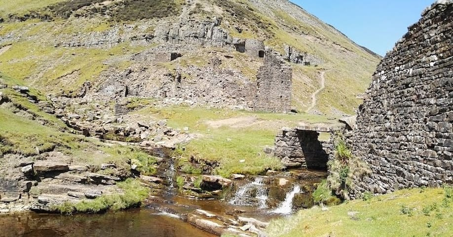 There are plenty of traditional smelt mines to explore in Gunnerside.
