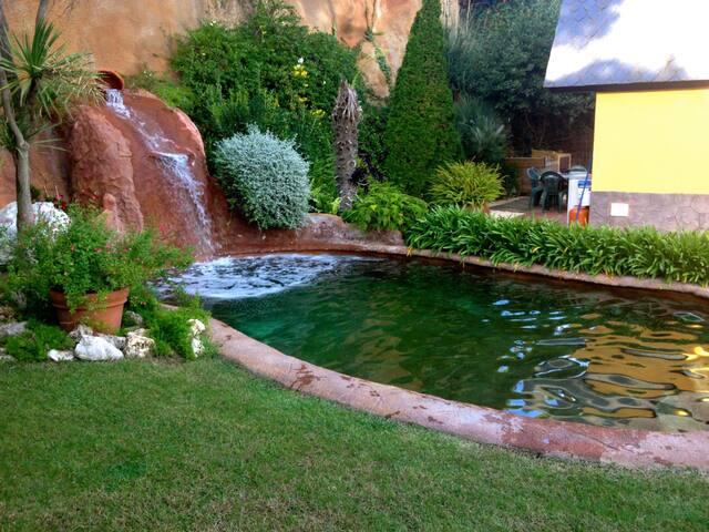 Maison de style pyrénéen avec jardin et piscine privée.