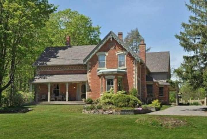 CALEDON LUXURY COUNTRY ESTATE WITH SALTWATER POOL