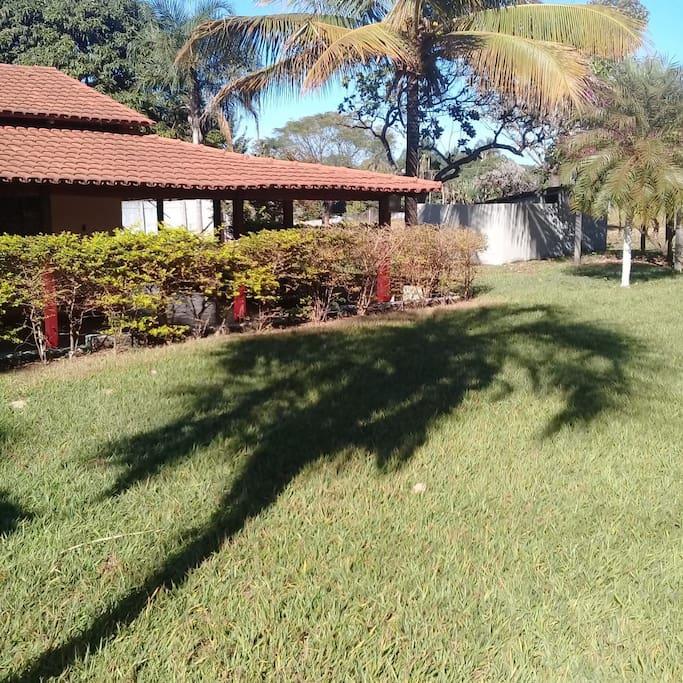 A frente da chacara conta com um gramado e golzinhos, ideal para uma pelada de final de semana