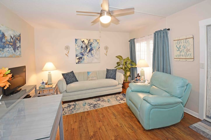 Lots of natural light in this unit.  The ceiling fan provides an extra cool breeze to your visit.