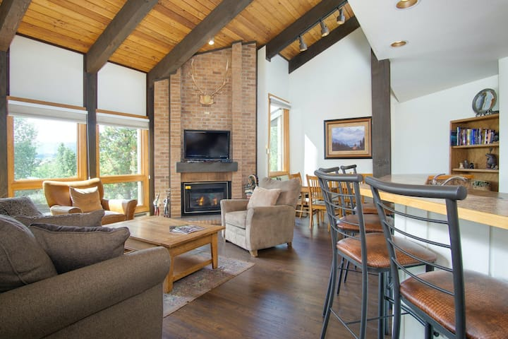 Spacious lodging w/ shared pool, hot tub, & balcony view - close to the slopes!