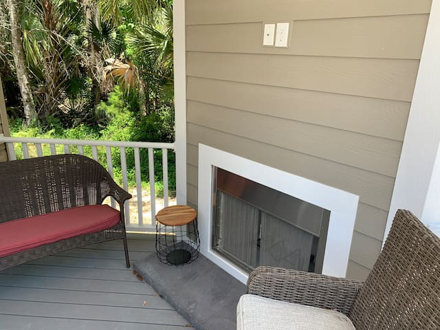 Luxury Tiny House By The River/Pet friendly/pool