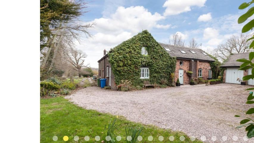 Barn, Thelwall, Cheshire sleeps 10 - Warrington