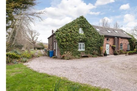 Barn, Thelwall, Cheshire sleeps 10 - Warrington - House