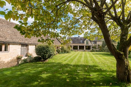 Charming Cotswold village cottage - Yatton Keynell