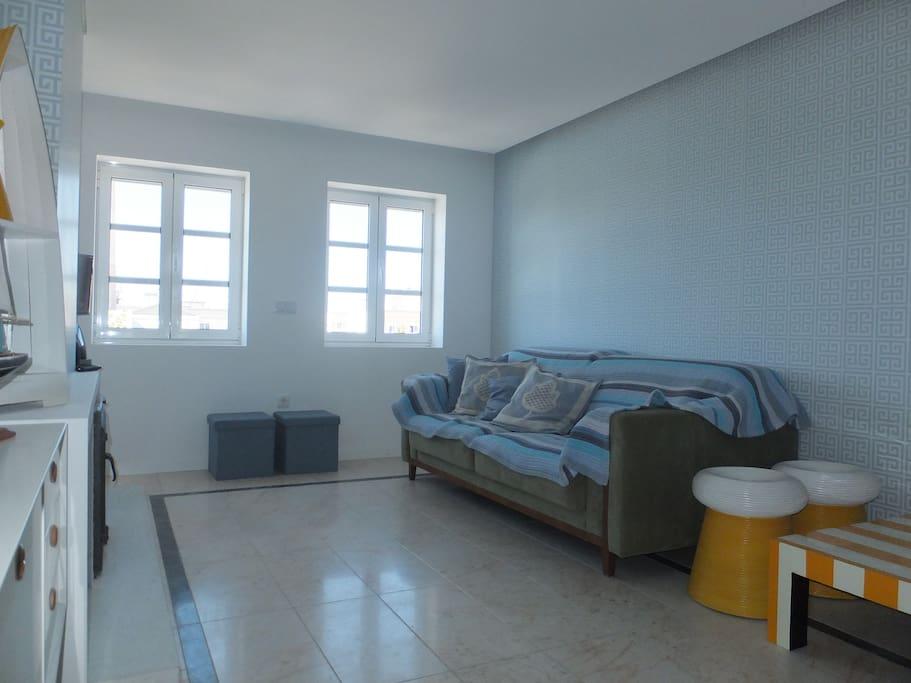 A sala de estar, com vista para a praia e para o Farol.