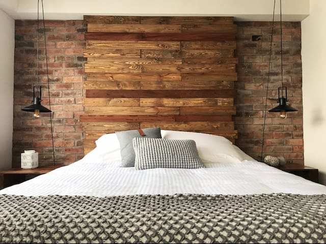 Dormitorio con cama queen. La ropa de cama ha sido cuidadosamente seleccionada para asegurar un placentero descanso... Algodón y plumas para engreirte.