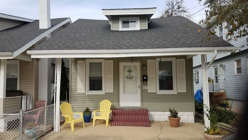 Adorable Bungalow only 3 blocks from the beach!!!