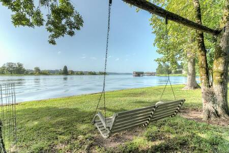 Shahan Landing - Lakeside Apartment with Boat Dock