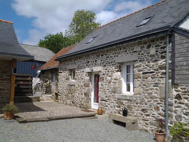 Petite maison en pierre de 70m2 - Bodilis
